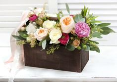 Композиция из цветов в деревянном ящике. Все наши букеты индивидуальны и сделаны, учитывая ваши пожелания. Мы оставляем за собой авторское право определять конечный состав букета, учитывая сезонность цветов, но обещаем, что букет останется таким же стильным и неповторимым.