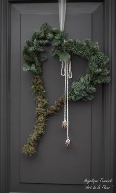 Art de la Fleur It's time ! Christmas Greenery, Christmas Arrangements, Green Christmas, Outdoor Christmas, Rustic Christmas, All Things Christmas, Winter Christmas, Christmas Wreaths, Christmas Crafts