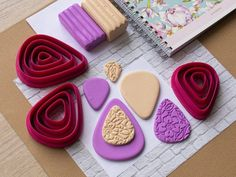 Polymer Clay Projects, Diy Clay, Polymer Clay Earrings, Clay Crafts, Diy Earrings, Triangles, Metal Cutter, Friendly Plastic, Clay Tutorials