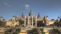 Montjuïc es un parque, jardin, y museo. Montjüic está en una montaña y un lugar popular en Barcelona