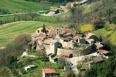 Civitella, nel Comune di Scheggino, si presenta come un castello ellittico di pendio, cinto da mura ben conservate nella parte esposta a sud, lungo uno dei percorsi montani minori che collegavano la Valle del Fiume Nera con il territorio di Monteleone di Spoleto.