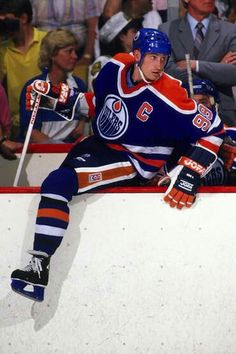 Gretzky ready to hit the ice Hockey Teams, Hockey Stuff, Worst Injuries, Wayne Gretzky, Edmonton Oilers, Vancouver Canucks, Nfl Fans, National Hockey League, New York Rangers