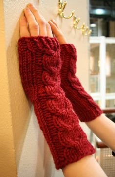 kämmekkäät ohje Crochet Mittens, Crochet Yarn, Knitting Yarn, Knitting Patterns, Lace Gloves, Fingerless Gloves, Wrist Warmers, Diy And Crafts, Style Me