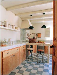 Cocina usando baldosas zellige de color azul en el suelo