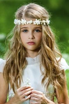 28 Easy First Communion Hairstyles for Girls That Stole Our Heart Communion Solennelle, First Communion Veils, Holy Communion Dresses, First Communion Party, First Holy Communion, Girls First Communion Dresses, Trendy Hairstyles, Girl Hairstyles, Amazing Hairstyles