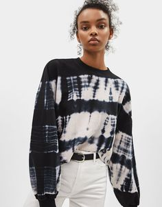 Fleece sweater with embroidery - null - Bershka United Kingdom Tie-dye print sweatshirt<br> Fleece sweater with 'L.' embroidered on the front and a half-length zip. Tye And Dye, How To Tie Dye, Tye Dye, Tie Dye Fashion, Look Fashion, Fashion Outfits, Tie Dye Outfits, Tie Dye Clothes, Fleece Pullover