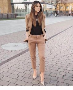 32 Professional Summer Work Attires To Wear To Office - FeminaTalk Source by kettydedomenico work outfits women office Office Outfits Women, Stylish Work Outfits, Spring Work Outfits, Business Casual Outfits, Mode Outfits, Work Casual, Classy Outfits, Fashion Outfits, Business Attire