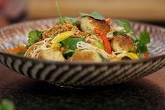 De Oosterse keuken heeft in het Westen bijzonder veel fans. Jeroen combineert de typische noedels met groenten en verse kruiden met onze immer-grote liefde voor gehaktballetjes. Die laatste bereiden we op basis van kalkoenfilet, gecombineerd met de populairste aroma's uit Azië. Zo zet je een eigentijdse maaltijd op de tafel die de beide continenten op een smakelijke manier verenigt.