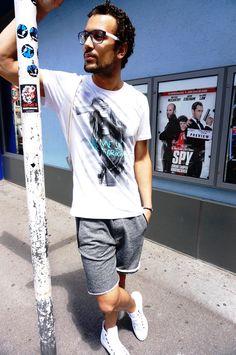 Na, wo bleibt die Herzensdame? Sonst fängt der Film im Kino PLANIE ohne sie an... Mike trägt zum Kino-Date: Shirt, EDC Jogg-Shorts, JACK & JONES Beutel, EINSTEIN & NEWTON  Pullover, KEY LARGO Armreif, I AM Sneaker, CONVERSE