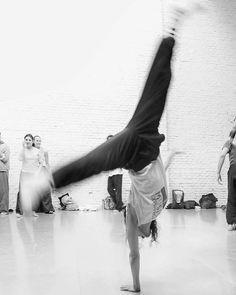 Artes escénicas.... #madrid #places#lugares #people#gente#urbanscenes#escenasurbanas #monocromo #igersmadrid_bn @descalzinha #dance #danza #artesescenicas #scenicart #bodyinmotion