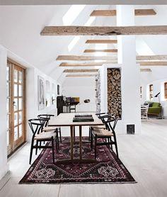 Spisebordet C18 tegnet af Børge Mogensen er udført i massivt egetræ og Y stole af Hans J. Wegner