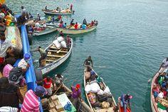 – 10 000 kwachas para o transporte! – Gritavam os homens na margem do lago Malawi. – O porto ruiu, o ferry não chega até aqui. Vão ter que apanhar um barco para entrar no ferry. Apesar de estarmos com pouca vontade de pagar esta quantia de dinheiro, a verdade é que o porto estava … Ferry, Money, Porto, Men, Adventure, Transportation