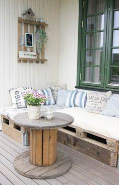 idée comment aménager un salon de jardin en palette, un canapé en palette et touret table basse pour décorer son coin de détente