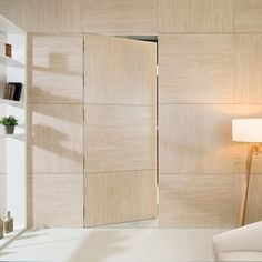 Panelado y puerta invisible | Gres porcelánico extrafino XLight Travertino