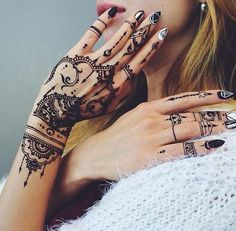 This is extremely black henna work! As you can see left hand has many tiny ornaments and symetrical details and on the right hand henna is made only on the fingers. This henna looks perfectly! Henna Tattoo Designs, Diy Tattoo, Mehndi Designs, Henna Tatoos, Henna Mehndi, Henna Art, Mehendi, Henna Nails, Hand Henna