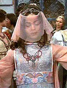 Ein silbergewirktes Kleid mit Schleppe zum Ball...