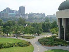 Montréal    A segunda maior cidade do Canadá mistura o charme do Mundo antigo com os arranha-céus da América do Norte. Com, aproximadamente, 400 anos de idade é a segunda maior cidade francófona do Mundo, onde o Inglês e o Francês se cruzam na rua.