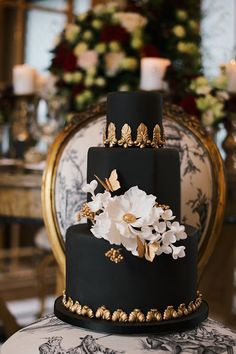 Black Gold Wedding black gold and white chic wedding cake Black Wedding Cakes, Beautiful Wedding Cakes, Gorgeous Cakes, Pretty Cakes, Red Velvet Wedding Cake, Indian Wedding Cakes, Wedding Black, Indian Weddings, Bolo Fack