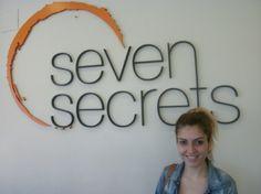 Caso de éxito de Sara en Seven Secrets Badalona.  Tratamiento de estrías con microdermoabrasión con punta de diamante.