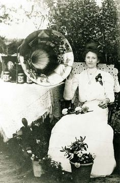 Music c.1910 have a big gramapho0ne at wedding with old french records that guests can pick and play music