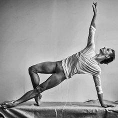 Elegance made through Lightness and form. Male Ballet Dancers, Ballet Boys, Dance Photography Poses, Dance Poses, Baile Jazz, Sergei Polunin Dancer, Action Pose Reference, Photos Originales, Human Poses
