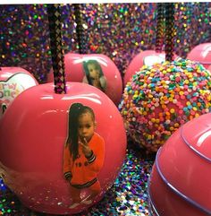 Pink and rainbow sprinkle candy apples 21st Birthday Cakes, Birthday Candy, Rainbow Candy, Rainbow Sprinkles, Cute Candy, Best Candy, Carmel Candy, Gourmet Caramel Apples, Chocolate Covered Apples