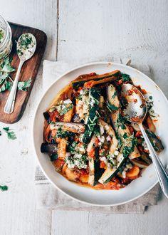 One pot: Ratatouille met kruidendressing Love Food, A Food, Food Porn, Vegetarian Recipes, Healthy Recipes, Quick Healthy Meals, Eggplant Recipes, Comfort Food, Paleo Dinner