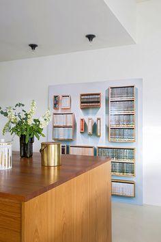 Listo el que lo lea - AD España, © Uxío Da Vila Una fotografía en formato XL de una biblioteca en una casa llena de detalles con sentido del humor en Estocolmo. ¿Es o no maravilloso? Foto Uxío Da Vila