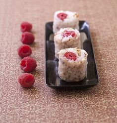 Maki sucré aux framboises et noisettes façon spring rolls - Recettes de cuisine Ôdélices Sushi Co, Sushi Lunch, Japanese Food Sushi, Japanese Dishes, Sushi Dessert, Yummy Asian Food, Sweet Sushi, Food Therapy, Homemade Sushi