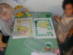 Opvoedend spel.  1K -> kleuters volgen de weg naar de korf.  2K --> kleuters gooien om beurt met de dobbelsteen en proberen als eerste bij hun korf te raken.  Indien plasticine te moeilijk is voor de kleuters kan er ook gewerkt worden met dopjes om de weg te volgen. Bee Games, Plasticine, Chinese Language, Winnie The Pooh, Learning, Learning Centers, Bees, Winnie The Pooh Ears, Studying