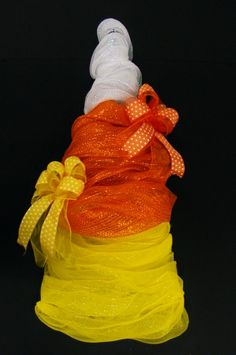 Fun Candy Corn Wreath Annette at Michaels Arts & Crafts Madison, TN (fall candy crafts) Halloween Trees, Fall Halloween, Halloween Crafts, Halloween Decorations, Tomato Cage Crafts, Tomato Cages, Tomato Tomato, Candy Corn Crafts, Candy Corn Wreath