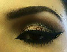 Sombra dourada com esfumado preto.
