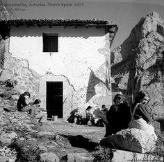 Impresionante escuela rural en la aldea de Camarmeña, aldea del concejo de Cabrales , en Picos de Europa , Asturias , en 1975 Fotografía de José Ramón Lueje.