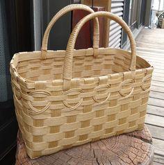 エコクラフトのかごバッグが出来上がりました。サイズ縦 12.5cm 横 23cm 奥行 12.5cm長さいふが入るコンパクトなバッグです。これからの季節にピッタリです。お買い物が楽しくなりそう♪ Basket Weaving Patterns, Bamboo Crafts, Basket Bag, All Craft, Purses And Bags, Pottery, Shoe Bag, Handmade, Creema