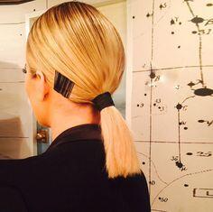 Cabelo de Khloé Kardashian com grampos a mostra.