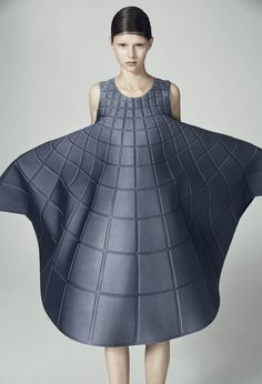Matilda Norberg is a Swedish fashion designer who creates compelling sculptural knitwear & embodies her experimental, innovative style in textiles. Geometric Fashion, 3d Fashion, Minimal Fashion, Fashion Details, High Fashion, Womens Fashion, Fashion Design, Haute Couture Style, Matilda