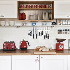 Red kitchen Ideas - White kitchen with red accents. Red Kitchen Accents, Red And White Kitchen, Red Kitchen Decor, Red Accents, Kitchen Ideas Red, Cocina Shabby Chic, Shabby Chic Kitchen, Rustic Kitchen, New Kitchen