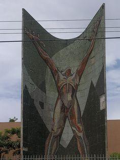 En 1956 el Coronel Óscar Osorio mandó a erigir este monumento a la Revolución. Fue la representación del fin de las revoluciones de 1948. Es un hombre desnudo con los brazos abiertos como símbolo de la liberación y defensa de la soberanía del pueblo.