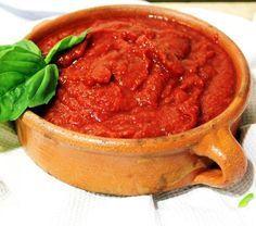 Cómo hacer salsa de tomate y albahaca. Una salsa muy popular y apreciada por todos los amantes de la pasta y la pizza es la que se prepara a base de tomate y albahaca. Resulta un condimento ideal para intensificar el sabor de cualquier pla...