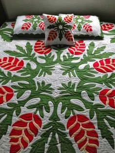 One of my favorite Hawaiian quilt patterns. Crab Claw it's one of my favorite flowers Hawaiian Quilt Patterns, Hawaiian Pattern, Hawaiian Quilts, Hawaiian Theme, Hawaiian Flowers, Hawaiian Art, Applique Designs, Quilting Designs, Applique Ideas