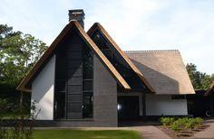 Nieuwbouw moderne villa met rietgedekte kap in Soest | vlakverdeling / vorm / hoeft niet dubbel deel, droog bij de voordeur staan is wel prettig