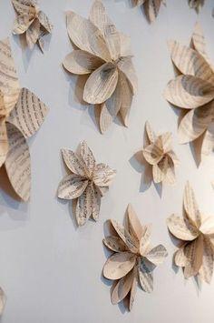 Decoração com flores de jornal na parede                                                                                                                                                      Mais