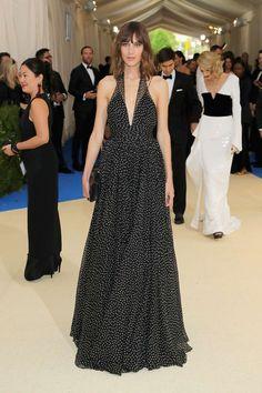 Alexa Chung con vestido negro estampado de Diane Von Furstenberg.