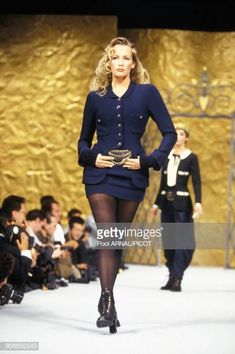 Supermodel Estelle Lefébure modeling for Chanel Cozy Fashion, Fashion Mode, High End Fashion, Fashion 2020, 90s Fashion, Fashion Beauty, Vintage Fashion, Vintage Style, Chanel Runway