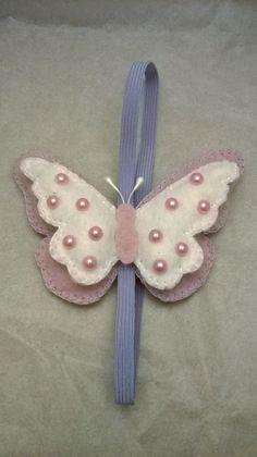 Marcador de página borboleta em feltro com elástico. Ideal para lembrancinhas de aniversário e nascimento. Ou pra você que simplesmente ama borboletas. Podendo escolher a cor de sua preferência. Craft Projects, Sewing Projects, Felt Bookmark, Beaded Spiders, Felt Gifts, Paper Crafts Origami, Ribbon Bookmarks, Craft Sale, Felt Ornaments