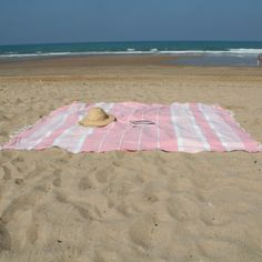 Pratique et tendance, la #fouta va encore faire fureur cet été sur les #plages de la Côte #basque ! Best Bath Towels, Bath Towel Sets, Bathroom Towels, Bleu Pastel, Linen Curtains, Room Essentials, Beach Mat, Summertime, Outdoor Blanket