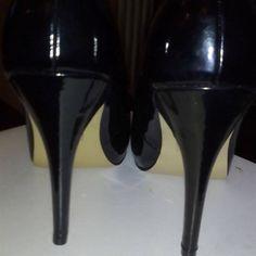 VENDO Decollete nere in vernice usato a € 25,00 - Decollete, colore nero, in vernice, punta tonda. Tacco 12 cm. Mai usate, per acquisto numero errato.