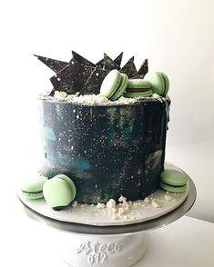 Galaxy cake for the win! . #birthdaycake #cakestagram #instacake #cakeporm #dessert #dessertstagram #macaron #macaronstagram #instamacaron #galaxycake #chocolateshards #chocolatesrip #galaxy #cake #sydneybakes #sydneycake