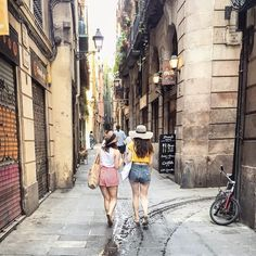 I could wander around these streets all day, so many cute cafes everywhere in Barcelona  ☀️