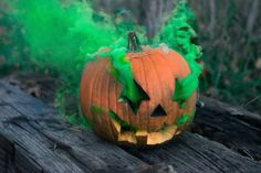 Jack-o'-lantern releasing green smoke on grey wooden board Green Smoked eyes and a halloween spirit! Halloween Look, Halloween This Year, Halloween 2020, Spirit Halloween, Happy Halloween, Halloween Pictures, Halloween Party, Easy Pumpkin Carving, Carving Pumpkins